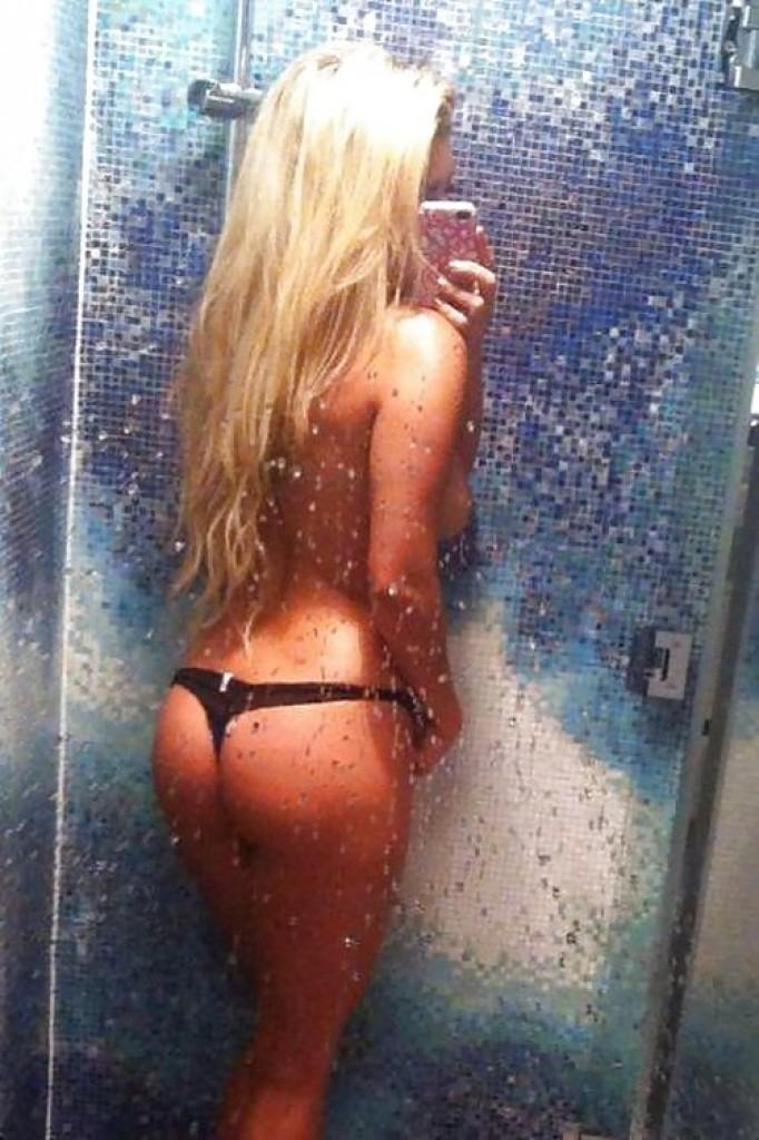 Обнаженная блондинка демонстрирует все свои интимные части тела